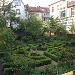 Gartenblick erwachsener Garten im Frühsommer © Isabelle van Groeningen