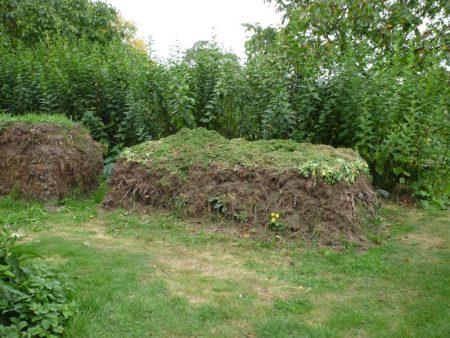 Kompost -Haufen ohne alles: Mit Liebe und einer guten Gabel quadratisch, geometrisch aufgebaut © Isabelle van Groeningen